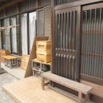 玄関横の養蜂箱